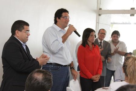 Clóvis Fecury discursa entre Ricardo Guterres e Roseana