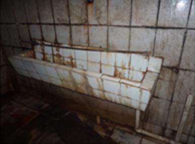 Banheiro imundo é apenas um dos problemas