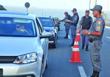 PM faz blitz em trecho da Avenida Litorânea (Foto: Diego Chaves/O Estado