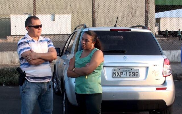 Fardada, a suspetia foi levada ao estacionamento da loja do Maciel onde trabalhava e depois seguiu para delegacia