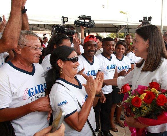Integrantes do Grupo Ação e Renovação Popular (Garp) cumprimentam de forma efusiva a governadora Roseana