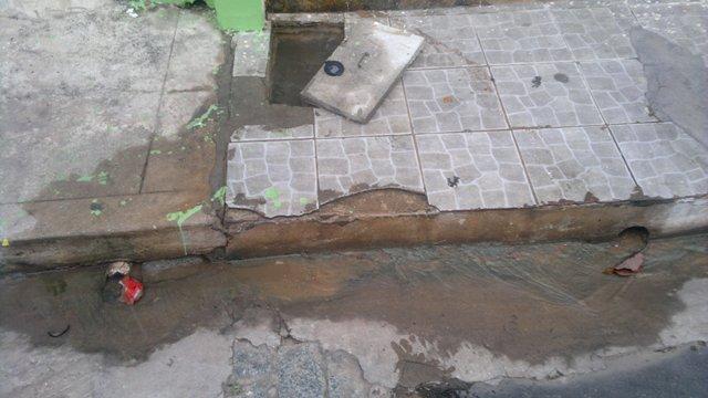 Desperdício: milhares de litros de água jorram pela sarjeta jorram desde a tarde deste domingo