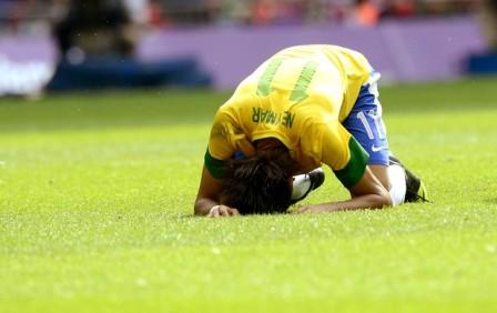 Neymar chora perda da medalha de ouro na última olimpíada: banco de reservas pode ajudá-lo a melhorar desempenho na seleção