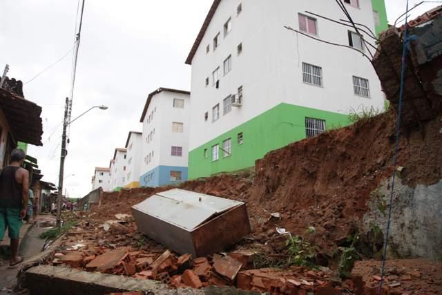 Muro do Residencial Jackson Lago caiu pela segunda vez em dois meses, deixando moradores novamente assustados