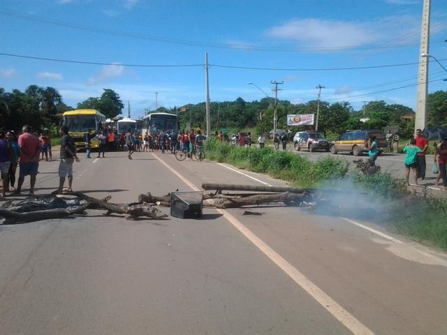 Manifestantes usaram pedaços de madeira e atearam fogo em pneus para bloquear o tráfego na BR-135