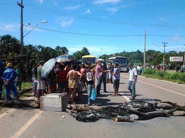 Assustados com a violência e indignados com o descaso com a educação, populares ameaçam bloquear novamente a rodovia