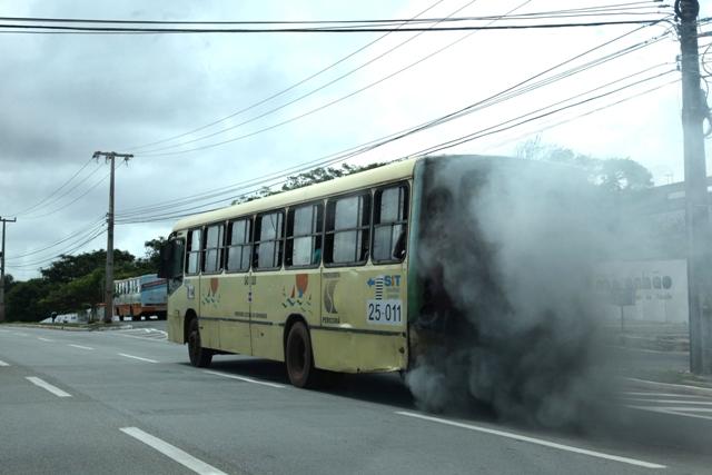 Ônibus expele fumaça poluente: frota foi ampliada, mas não houve preocupação com qualidade