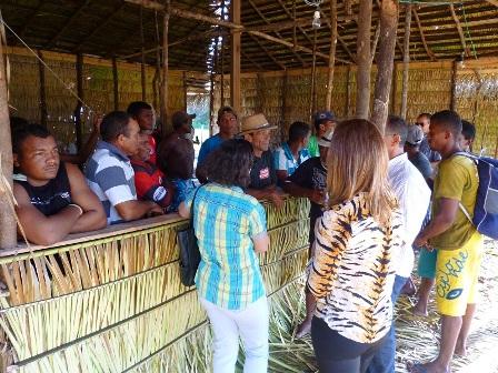 Fiscais conversam com trabalhadores encontrados em situação análoga à escravidão