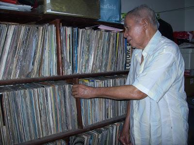 Jornalista Jacir Moraes em meio ao seu vasto acervo de discos de vinil