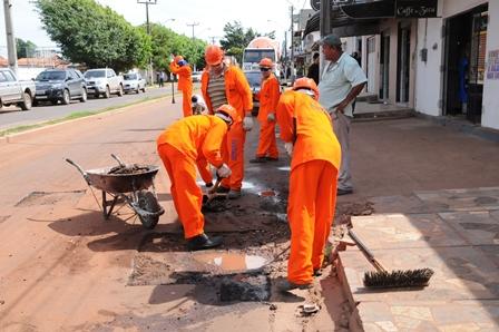 Equipes tapam buracos na Avenida 13 de Maiobão