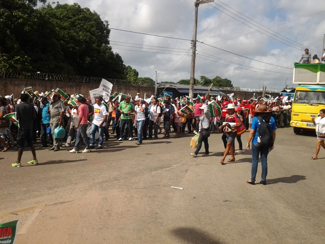 Manifestantes percorrem retorno do Tirical, onde o trânsito ficou totalmente parado