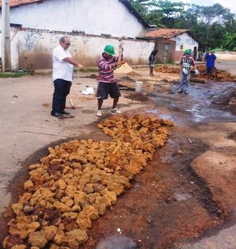 Chaguinhas inspeciona recuperação de via esburacada no São Cristóvão, bancada por ele próprio