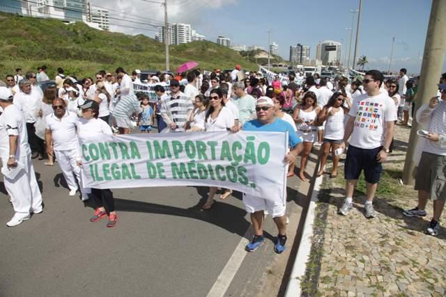 Médicos fizeram caminhada em ato público contra importação de profissionais estrangeiros