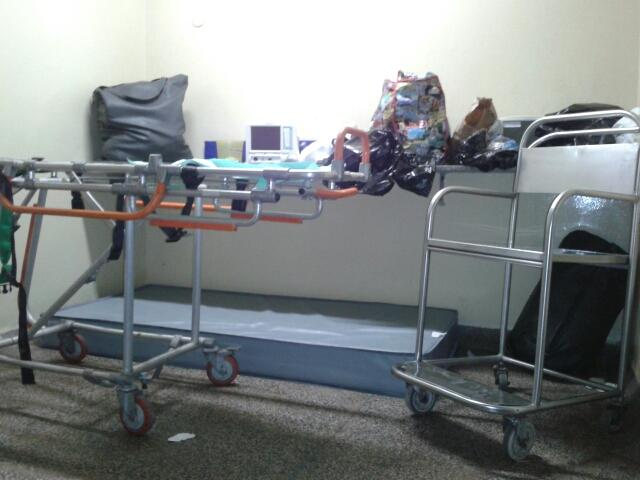 Maca, cadeira de rodas e aparelhos fora de usam dividem espaço com servidores quando estes precisam repousar