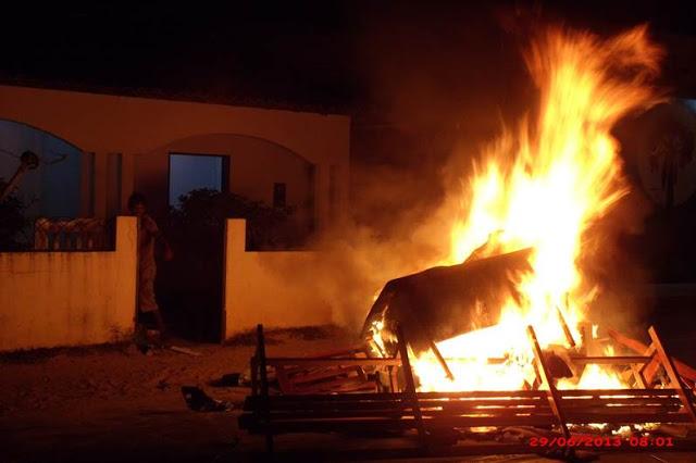 Móveis e outros objetos do destacamento militar da cidade foram jogados na rua e incendiado pelos revoltosos