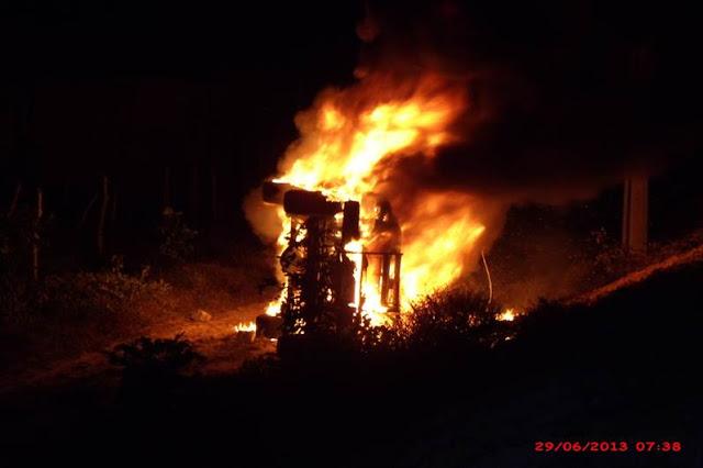 Veículo utilizado pelos policiais em operações de segurança foi incendiado por populares