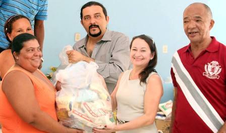Júnior Verde e Rosany Aranha entregam cesta a marisqueira