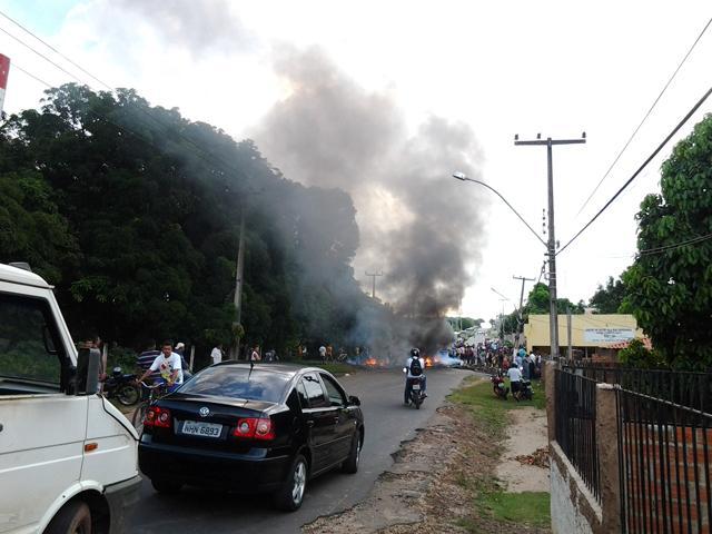 Populares queimaram pneus, pedaços de pau e galhos de árvores para bloquear rodovia