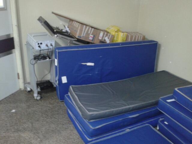 Colchões amontoados junto a aparelho fora de uso e caixas velhos