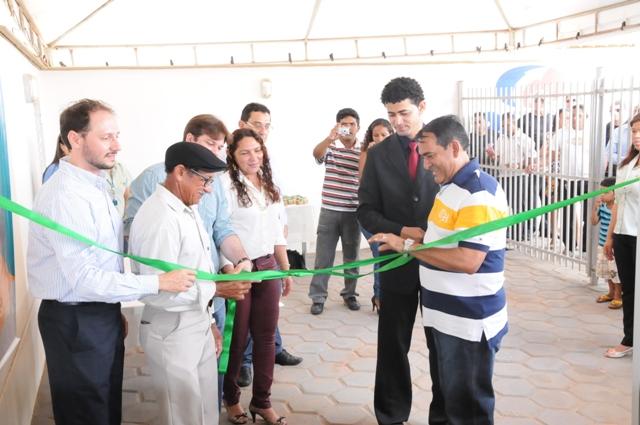 Prefeito Josemar Sobreiro, vice, Marconi Lopes, e diretor da MPX na inauguração da unidade de saúde