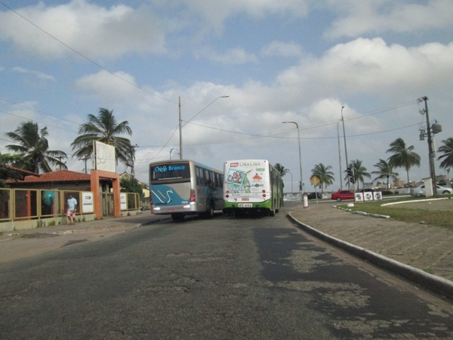 Um dos raros ônibus (verde) que circulou logo cedo durante a paralisação de rodoviários
