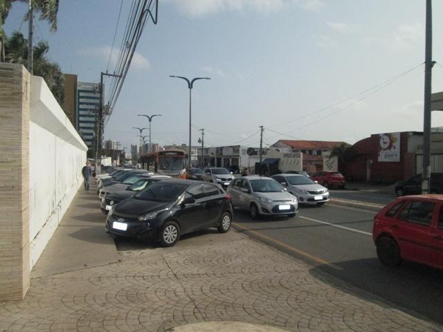 Ônibus em meio a dezenas de carros na Avenida Ana Jansen, que registrou trânsito tranquilo