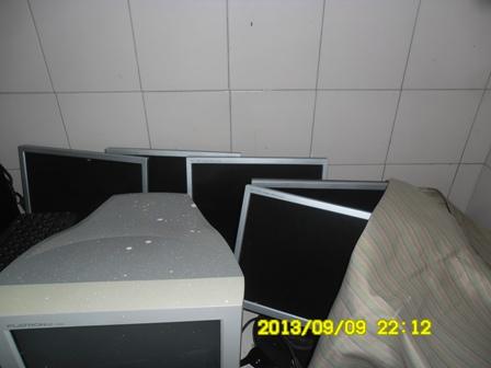 Computadores amontoados em sala da escola Raimundo Nonato Meneses