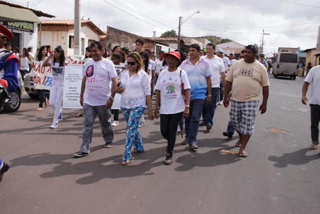 Prefeito Josemar e comitiva participaram da caminhada, que percorreu ruas do Maiobão