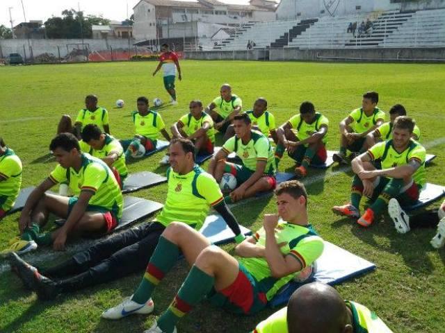 Jogadores do Sampaio ouvem instruções durante treino em Rio das Ostras (RJ)