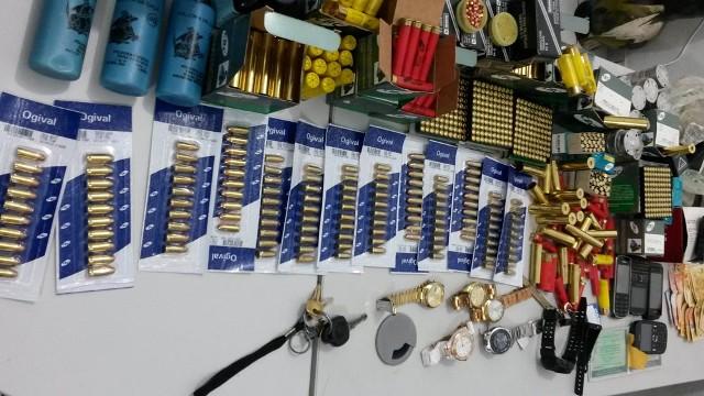 Mais de 2 mil munições, relógios, celulares, jóias e dinheiros foram apreendidos