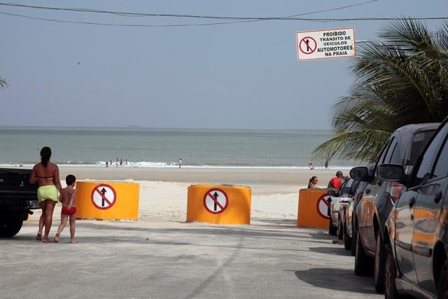 Barreiras foram instaladas para evitar acesso de veículos à faixa de areia da praia do Olho d'Água
