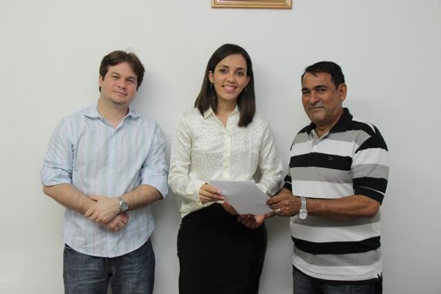 Secretária Andréia Seguins Feitosa entre o vie-prefeito Marconi Lopes e o prefeito Josemar Sobreiro