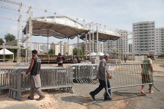 Palco montado na Lagoa da Jansen: shows da virada atrairão multidão e terão segurança reforçada