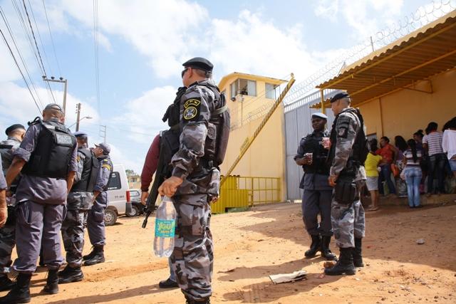Policial militar segura garrafa pet com vodka apreendida durante revista