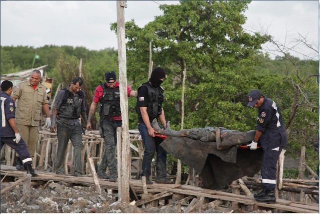Policiais removem bandido baleado em confronto em área de Mangue na Liberdade