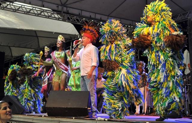 Bicho Terra animou foliões na abertura da programação da Passarela do Samba