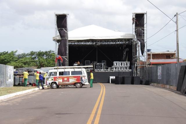 Palco montado para shows de bandas que se apresentarão no Carnaval de Paço do Lumiar