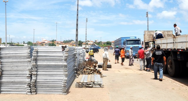 Desde segunda-feira (10), operários trabalham em ritmo acelerado na montagem das arquibancadas e camarotes no Anel Viário.