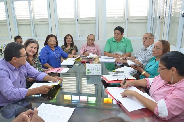 Secretário Geraldo Castro Sobrinho discute propostas com demais membros do Fórum Permanente de Educação