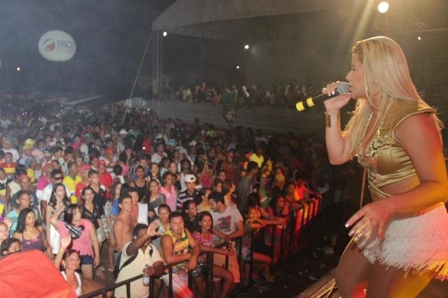 Milhares de foliões assistem ao show da banda Forró do Muído, uma das atrações do Carnaval de Paço do Lumiar