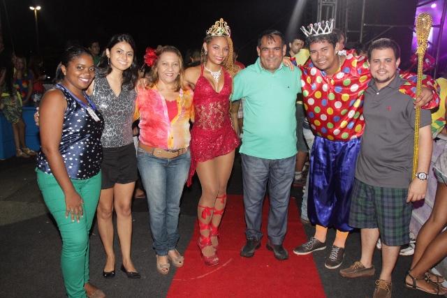 Prefeito Josemar Sobreiro entre a Rainha do Carnaval, o Rei Momo e membros da equipe de governo