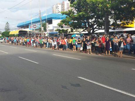 Parada de ônibus da Avenida Colares Moreira, em frente ao Tropical Shopping, já estava lotada horas antes da paralisação (Foto: Heider Matos/Imirante)