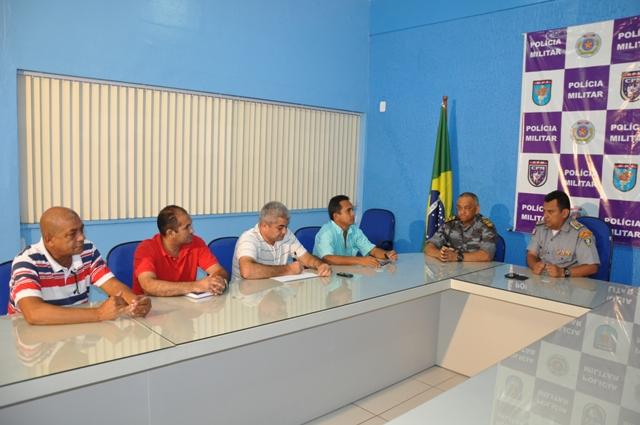 Ao lado do comandante do CPE, coronel Ivaldo Barbosa, comandante-geral da PM, coronel Zanoni Porto, anuncia a rodoviários medidas para conter violência em ônibus