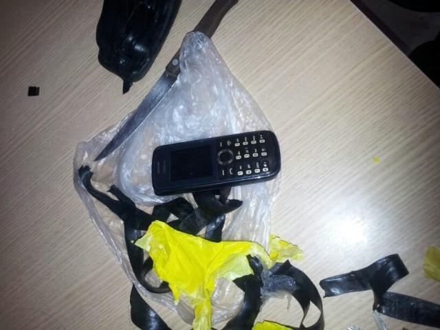 Celular estava envolto em pacote plástico, vendado com fita isolante