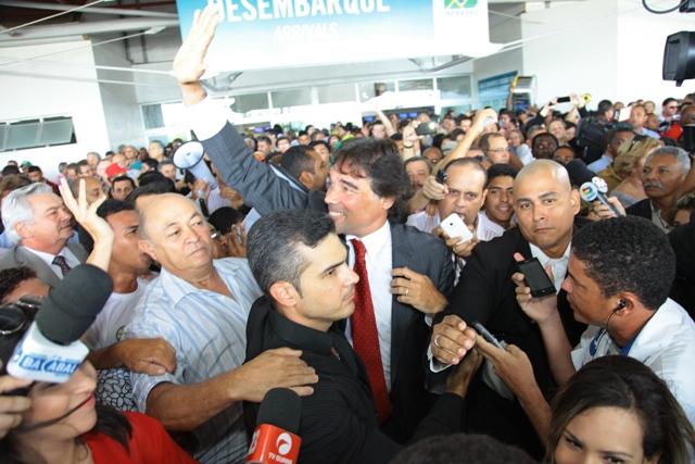 O pré-candidato do PMDB em meio à multidão que foi recebê-lo; Arnaldo Melo foi um dos que o saudaram