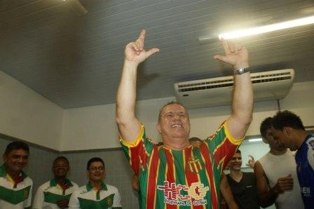 Sérgio Frota no vestiário com jogadores e comissão técnica do Sampaio