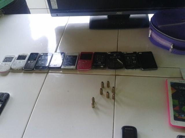 O bando fugiu deixando para trás pelo menos 13 aparelhos celulares, que teriam sido roubados em lojas
