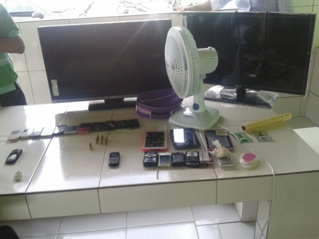 TVs, ventilador, celulares, câmeras. tablets, munição e drogas apreendidos no esconderijo da quadrilha