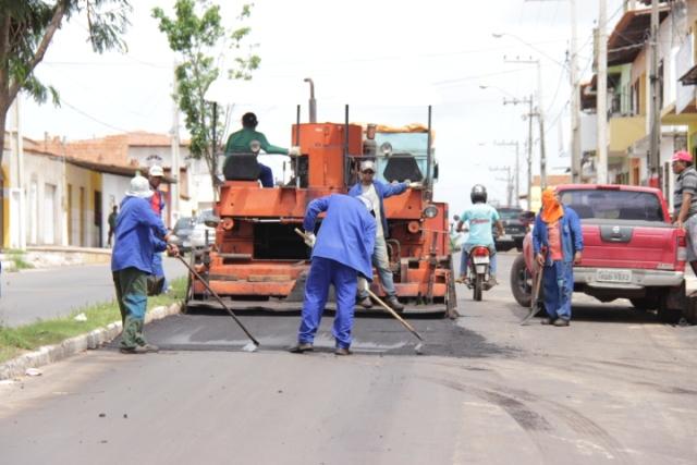 Operários usam máquina para recuperar via pública do conjunto Maiobão