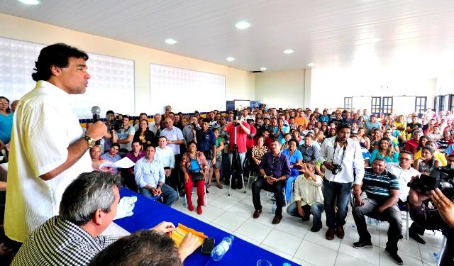 Lobão Filho discursa para plateia formada por prefeitos e lideranças da Baixada Maranhense